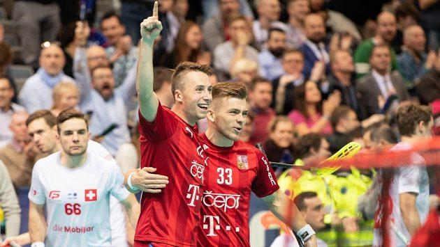 Adam Delong (vlevo) slaví spolu s Martinem Pražanem jeden ze svých tří gólů Švýcarsku.
