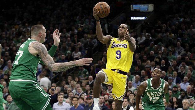 Basketbalista Los Angeles Lakers Rajon Rondo (9) míří na koš v duelu s Bostonem Celtics.