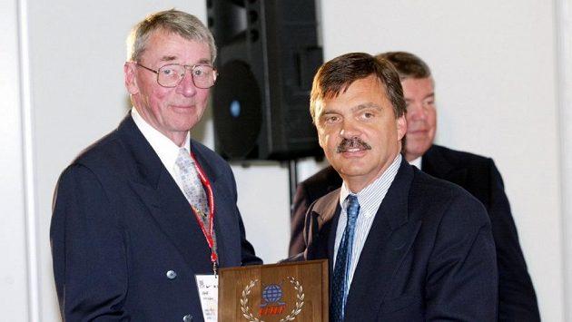 Švéd Nils Nilsson (vlevo) na archivním snímku při uvádění do Síně slávy IIHF.