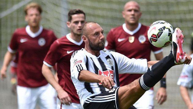 Roman Lengyel (vpředu) v dresu Českých Budějovic během utkání se Spartou.