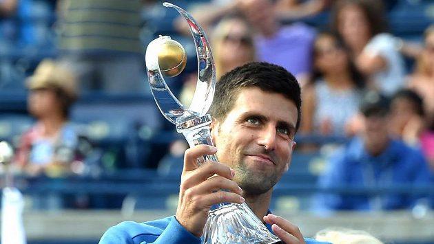 Srbský tenista Novak Djokovič s trofejí pro vítěze turnaje v Torontu.