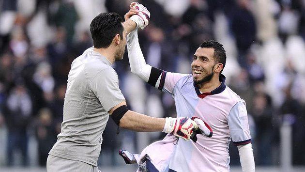 Jediný střelec utkání Carlos Tévez (vpravo) a brankář Gianluigi Buffon z Juventusu se radují z výhry nad Janovem.