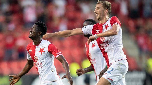 Fotbalisté Slavie Peter Olayinka (vlevo) a Tomáš Souček oslavují gól na 3:1 během utkání 3. kola Fortuna ligy s Opavou.