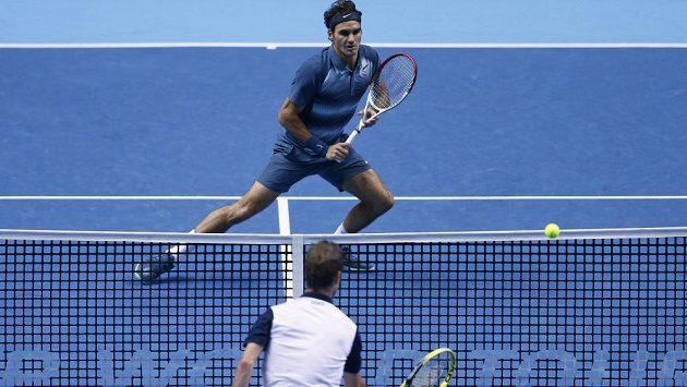 Francouz Richard Gasquet (blíže) v přestřelce u sítě s Rogerem Federerem na Turnaji mistrů v Londýně.