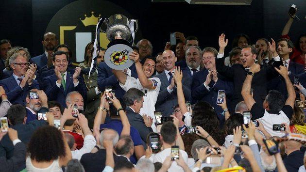 Fotbalisté Valencie s trofejí pro vítěze Španělského poháru.