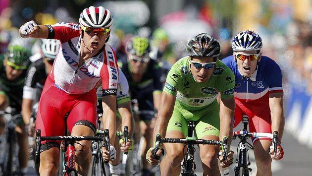 Norský cyklista Alexander Kristoff (vlevo) se raduje z triumfu ve dvanácté etapě Tour de France před druhým Slovákem Peterem Saganem (uprostřed).