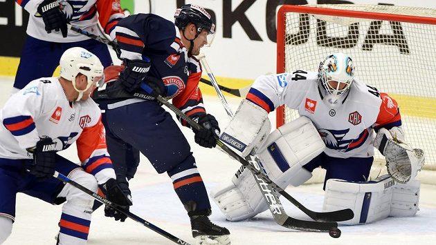 Vítkovický Rostislav Olesz se snaží překonat v utkání hokejové Ligy mistrů brankáře Dennies Endrase z Mannheimu.