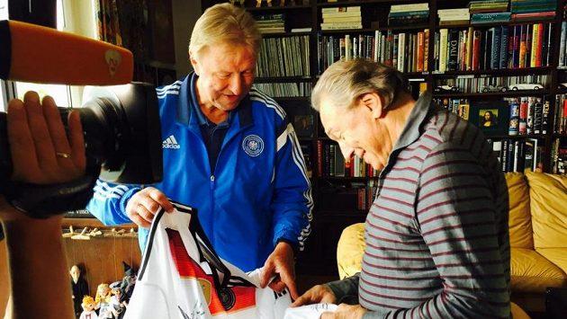 Horst Hrubesch přinesl Karlu Gottovi podepsaný dres německého týmu.