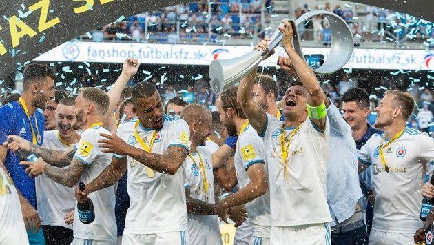 Slavící fotbalisté Slovanu Bratislava po triumfu v domácím poháru.
