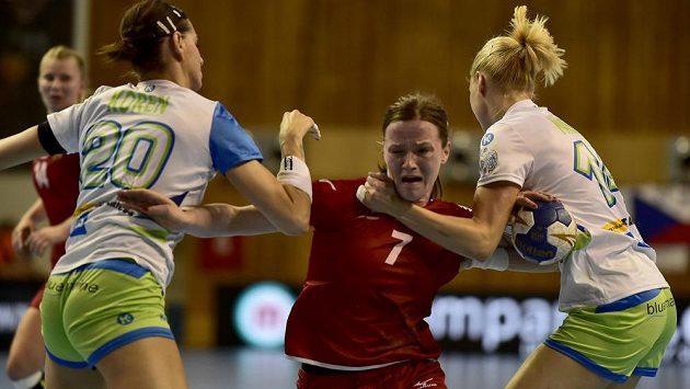 Helena Ryšánková se snaží probít slovinskou obranou v závěrečném duelu kvalifikace ME.