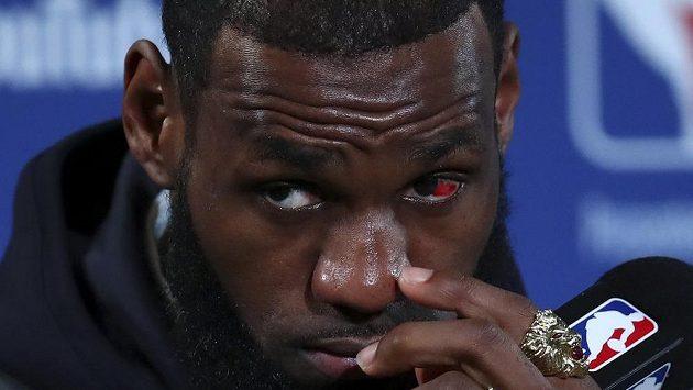 Hvězda Clevelandu Cavaliers - LeBron James - neměl ani po druhém finále NBA moc důvodů k radosti.