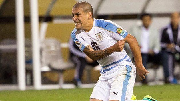 Naštvaný uruguayský bek Maximiliano Pereira.