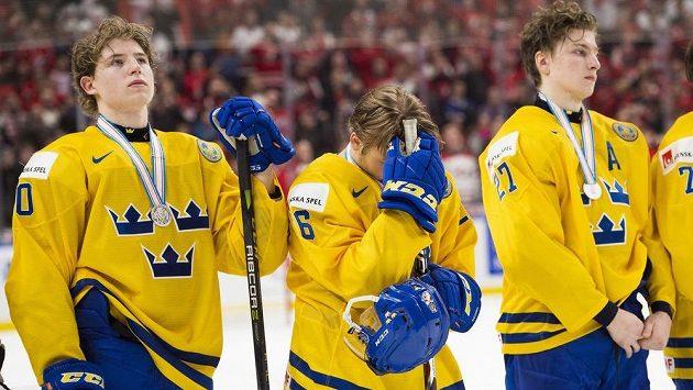 Zklamaní hokejisté Švédska po prohraném finále mistrovství světa do 20 let s Kanadou.