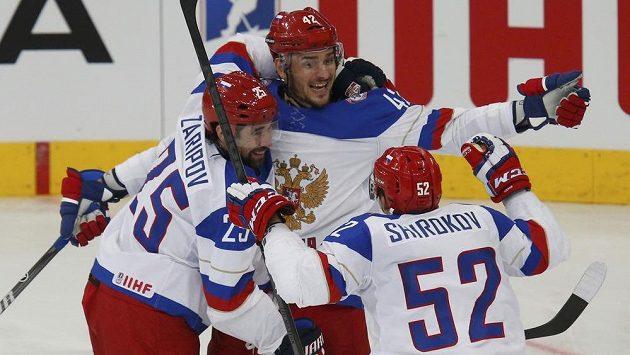 Ruská radost. Arťom Anisimov jásá po prvním gólu ve čtvrtfinále s Francií s týmovými kolegy Danisem Zaripovem a Sergejem Širokovem.