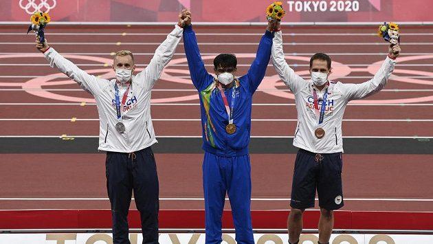Zleva Jakub Vadlejch se stříbrnou, Ind Níradž Čopra se zlatou a Vítězslav Veselý s bronzovou medailí.
