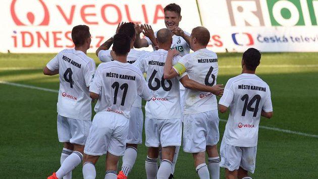 Hráči Karviné se radují z gólu v duelu proti Jihlavě.