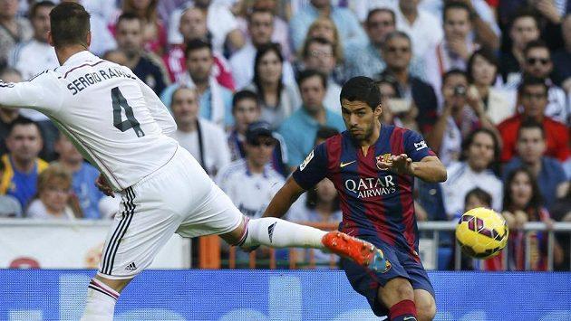 Ani Luis Suárez (vpravo) porážce Barcelony ve víkendovém El Clásiku nezabránil.
