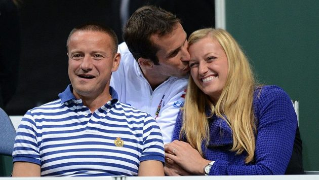 Tenisový pár Radek Štěpánek (uprostřed) a Petra Kvitová loni při semifinále Davis Cupu mezi Českou republikou a Argentinou.