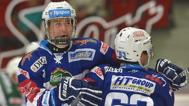 Hokejisté Komety se radují z gólu proti Karlovým Varům. Vlevo je střelec Martin Nečas, vpravo obránce Ondřej Němec.