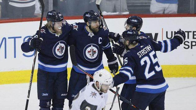 Hokejisté Winnipegu oslavují gól Patrika Laineho (29). Na snímku dále Blake Wheeler (26), Mark Scheifele (55) a Paul Stastny (25).
