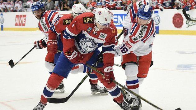 Český forvard Dominik Kubalík (vpravo) bojuje o puk s Magnusem Henriksenem z Norska. Právě Norové by se mohli posunout na ZOH. Ilustrační foto.