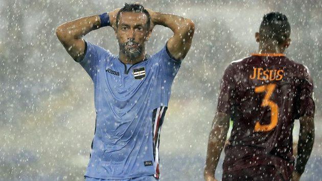 V silném dešti se hrál poslednbí ligový zápas mezi AS Řím a Sampdorií Janov. Fabio Quagliarella a stoper Římanů Jesus by o tom mohli vyprávět.
