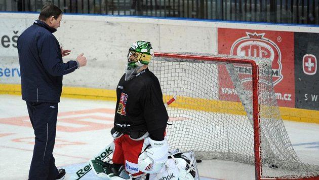 Trenér hokejové reprezentace Alois Hadamczik v diskuzi s brankářem Alexandrem Salákem.