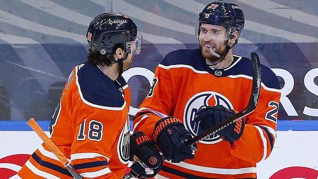 Kanonýr Edmontonu Leon Draisaitl (vpravo) se v utkání NHL proti Ottawě blýskl hattrickem.