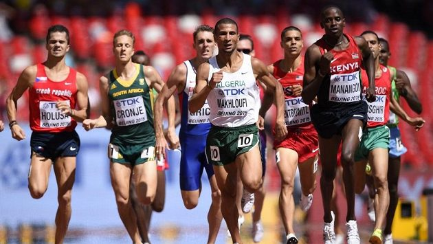 Jakub Holuša (vlevo) skončil ve svém rozběhu až na osmém místě a na MS v Pekingu prožil zklamání.
