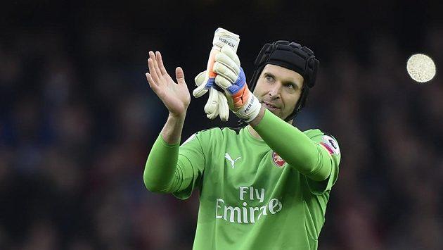 Brankář Arsenalu Petr Čech zdraví fanoušky po vychytané nule proti Middlesbrough.