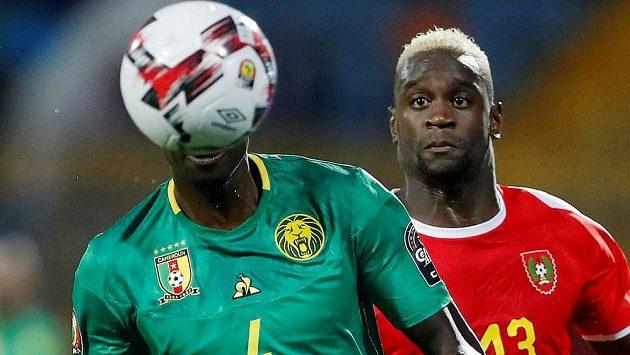 Kamerunský fotbalista Yaya Banana v akci během utkání na mistrovství Afriky, kde se jeho tým utkal s Guineou-Bissau. Kamerun vyhrál 2:0.