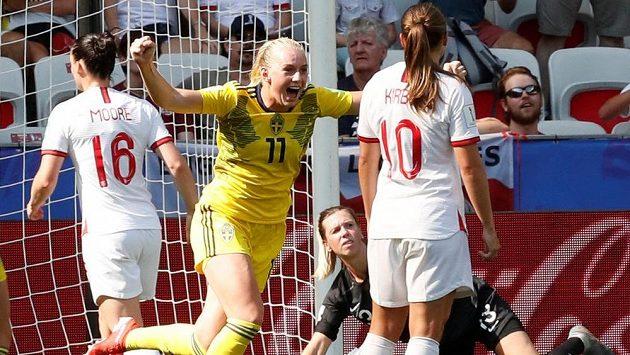 Švédka Stina Blacksteniusová se raduje po gólu Kosovare Asllaniové proti Anglii.