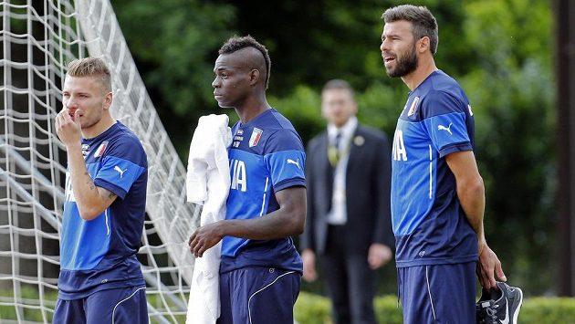 Italští fotbalisté na tréninku. Zleva Ciro Immobile, Mario Balotelli a Andrea Barzagli.