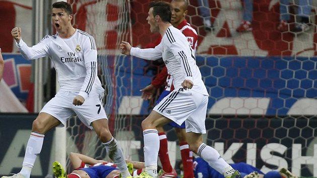 Portugalec Cristiano Ronaldo slaví gól, kterým zajistil Realu Madrid remízu 2:2 v městském derby na hřišti Atlétika.