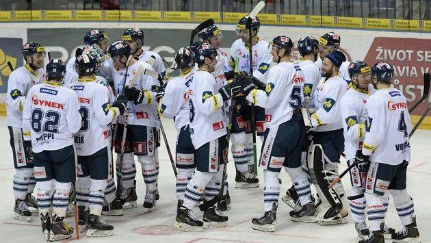 Hokejisté Liberce se radují z vítězství na ledě Slavie.