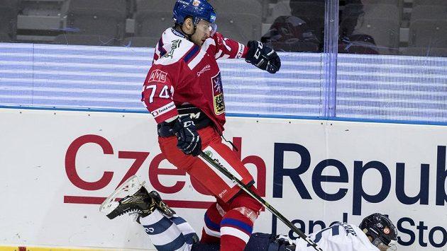 Český hokejista Ondřej Vitásek (nahoře) a Fin Kristian Näkyvä v souboji během utkání na Švédských hrách.