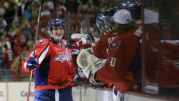 Alexander Ovečkon oslavuje svoji trefu se spoluhráči z Washingtonu.