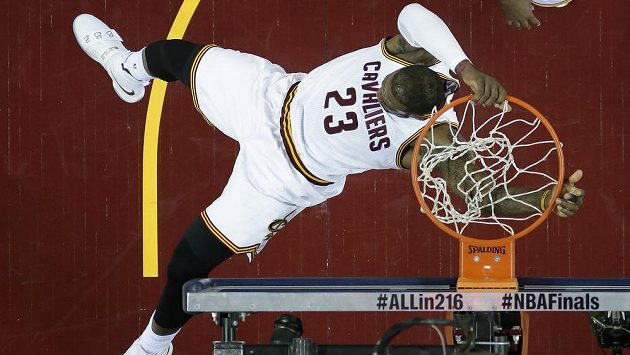 Basketbalista Clevelandu LeBron James během šestého finálového duelu play off NBA s Golden State.