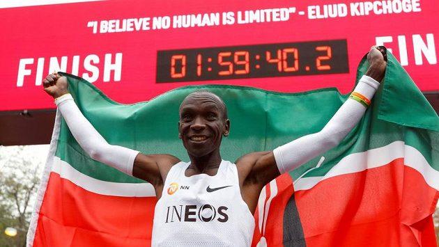 Keňan Eliud Kipchoge se raduje poté, co ve Vídni pokořil na maratonské trati hranici dvou hodin.