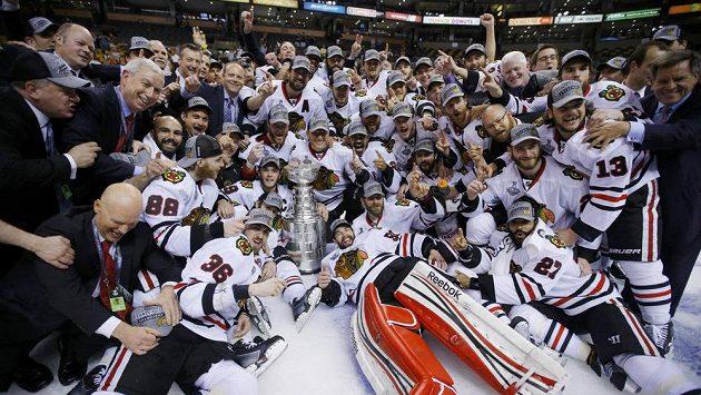 Hokejisté Chicaga slaví zisk Stanley Cupu.