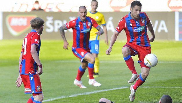 Milan Havel z Plzně střílí vítěznou branku pohárového semifinále.