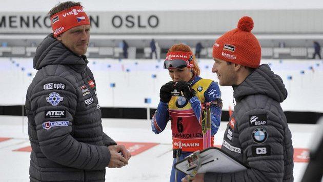 Šéftrenér Ondřej Rybář (vlevo) před biatlonovým závodem žen s hromadným startem na MS v Oslu. Vpravo je kouč Zdeněk Vítek, vzadu Gabriela Soukalová.
