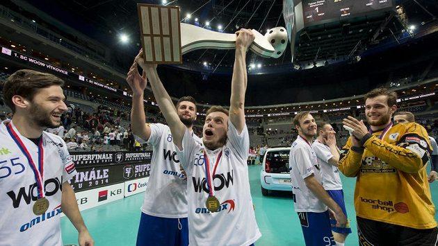 Florbalisté Vítkovic se radují z mistrovského titulu. Na snímku s pohárem Matěj Koňařík.