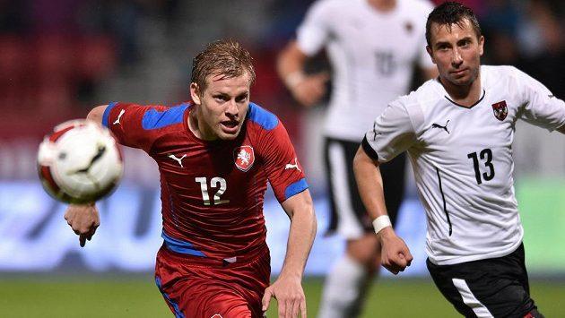 Matěj Vydra (vlevo) v reprezentačním dresu a Rakušan Markus Suttner v zápase v Olomouci.