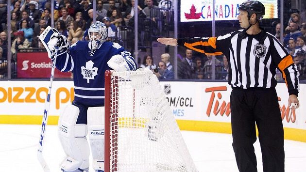 Zklamaný brankář Toronta Maple Leafs Jonathan Bernier.