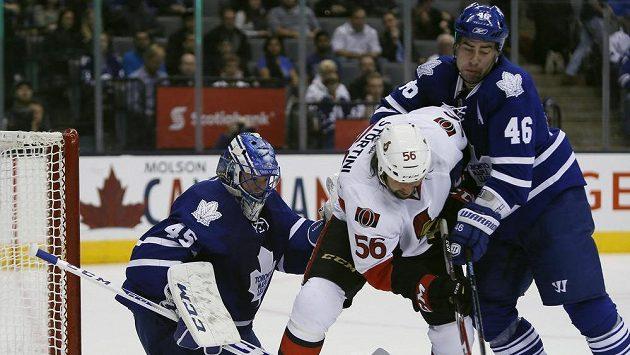 Obránce Toronta Roman Polák (vpravo) v souboji s útočníkem Ottawy Zackem Stortinim. Vlevo je brankář Maple Leafs Jonathan Bernier.