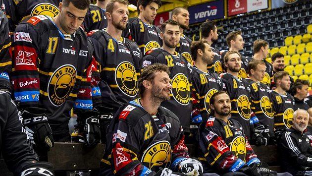 Hokejisté Litvínova při oficiálním fotografování týmu před začátkem extraligové sezony. Vpředu je Viktor Hübl.