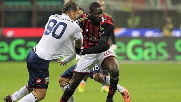Útočník AC Milán Mario Balotelli (vpravo) v souboji s Danielem Portanovou z Janova.