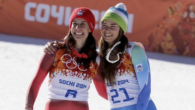 Dvojnásobná zlatá radost. Olympijský sjezd má poprvé v historii dvě vítězky, Švýcarka Dominique Gisinová (vlevo) a Slovinka Tina Mazeová zajely shodný čas.
