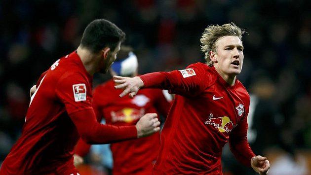 Emil Forsberg z Lipska se raduje z branky proti Bayeru Leverkusen.